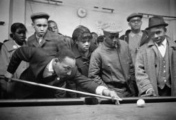 pic_mlk_playing_pool_chicago_usa_1966_nyt_3may2016-1
